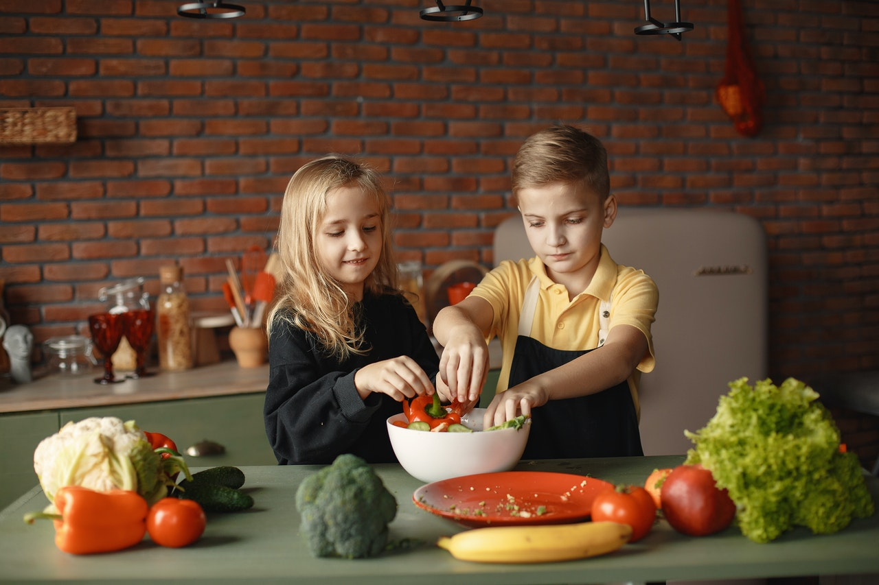 little-friends-preparing-vegetable-salad-together-in-kitchen-3984741